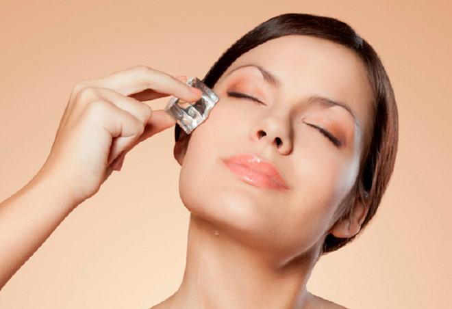 Không đặt viên đá trực tiếp lên mặt vì độ lạnh có thể làm bỏng và gây hại cho da của bạn.